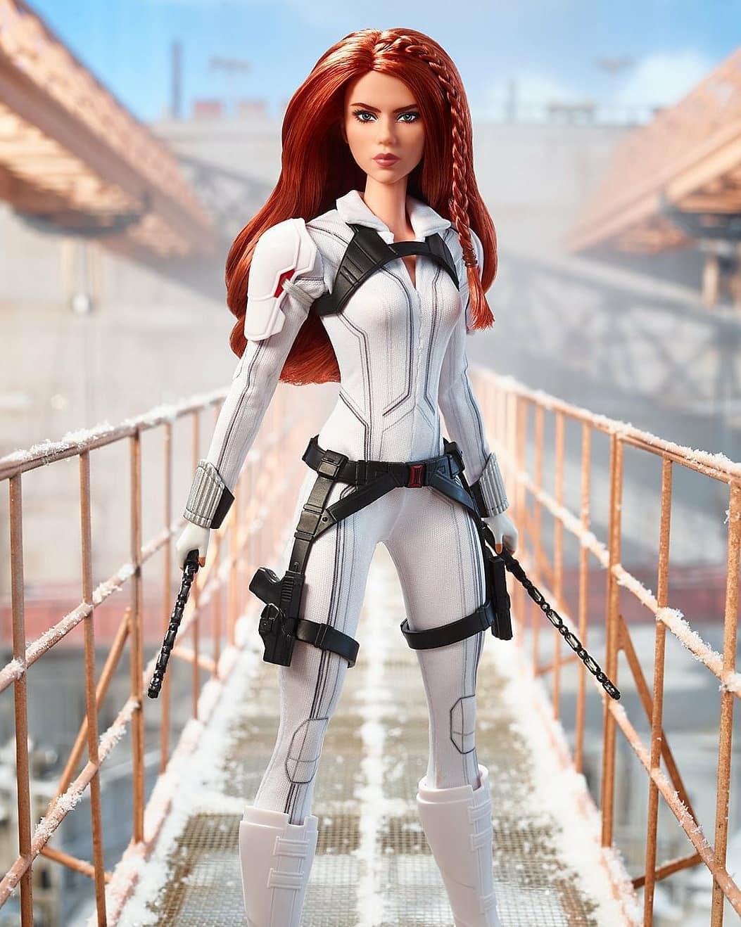 Black Widow de traje blanco