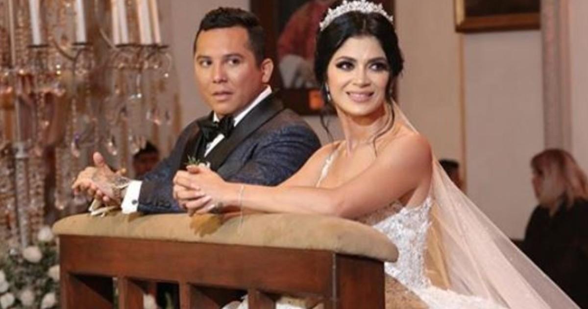 Kimberly Flores y Edwin Luna en su boda