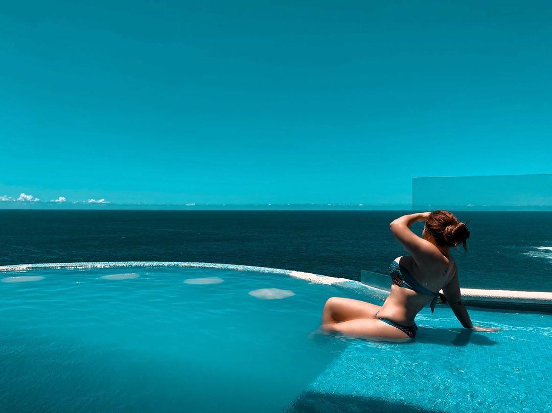 Gomita presume su nuevo abdomen de acero en bikini