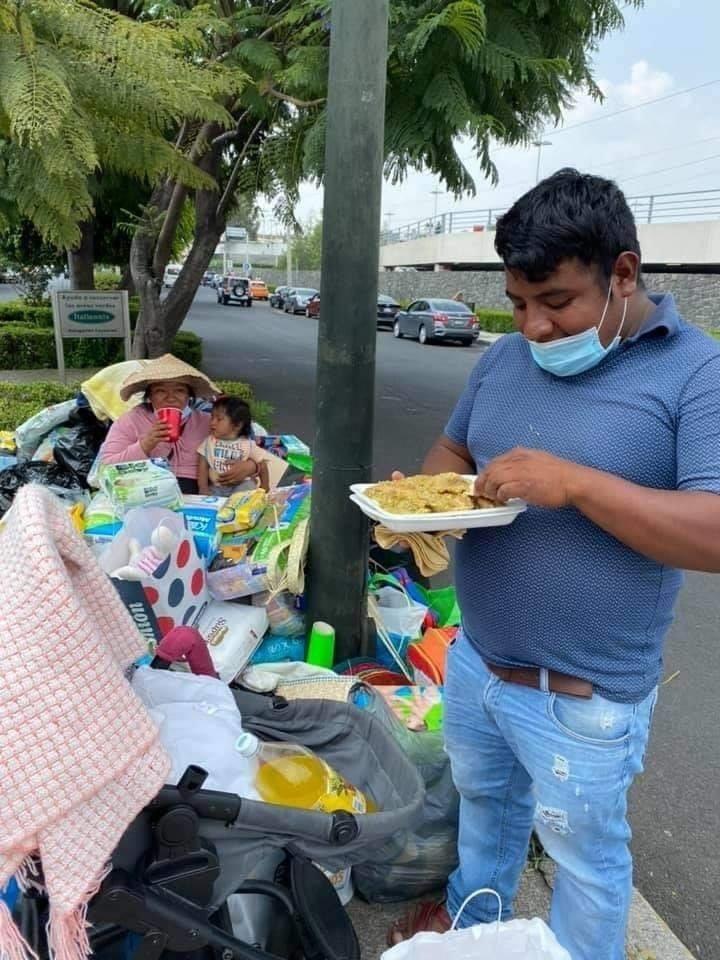 Hombre cambia artesanías por comida para su bebé y se llena de ayuda