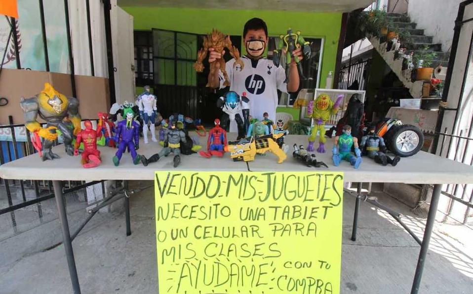 Niño de Tamaulipas vende sus juguetes para poder seguir en la escuela