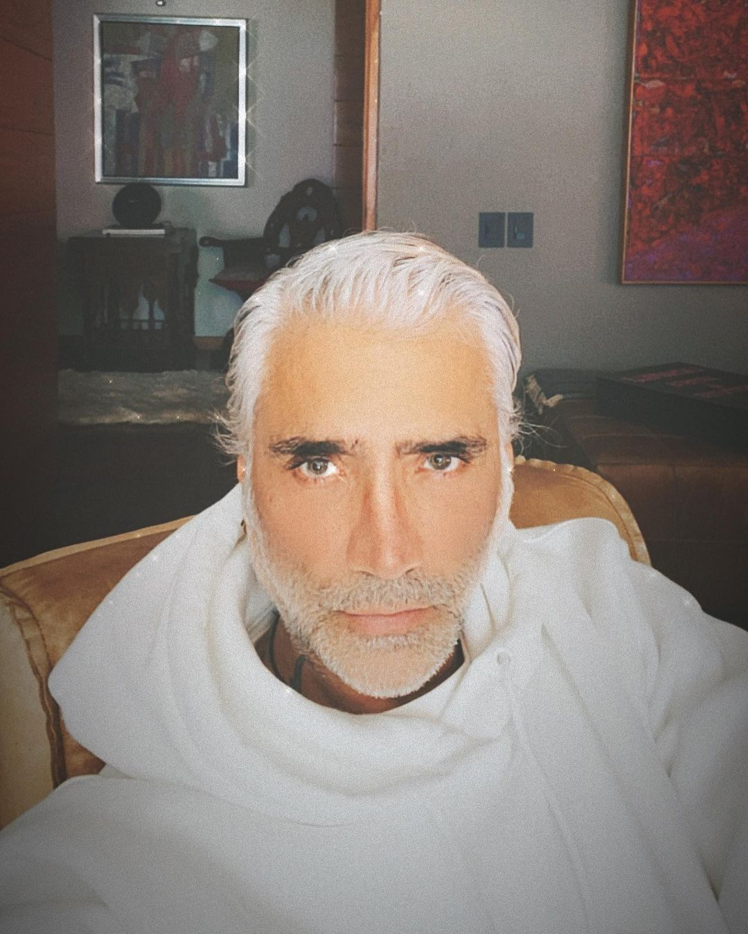 Alejandro Fernandez luce afeminado