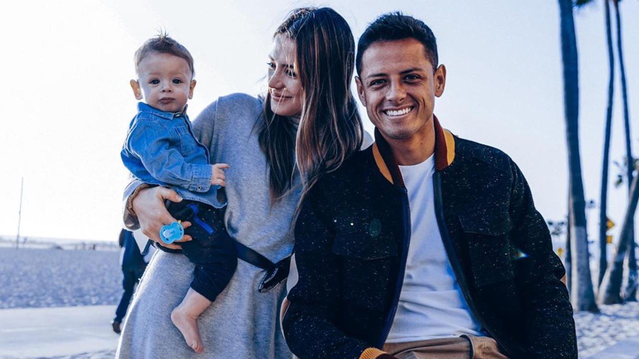 Chicharito y Sarah Kohan junto a su hijo
