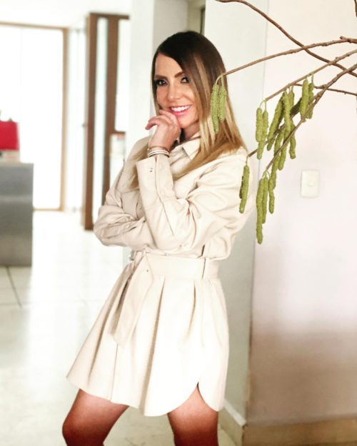 Erika Zaba posando con ropa de tianguis