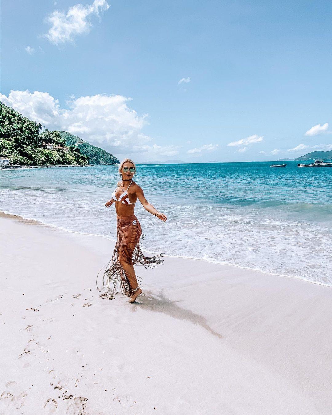 Irina Baeva en la playa