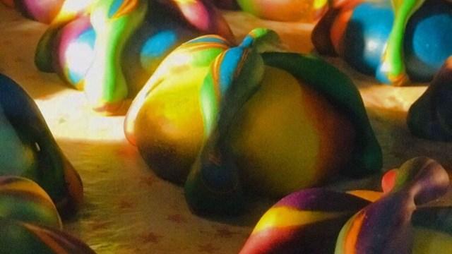 Lanzan Pan de muerto con colores de la bandera del orgullo gay
