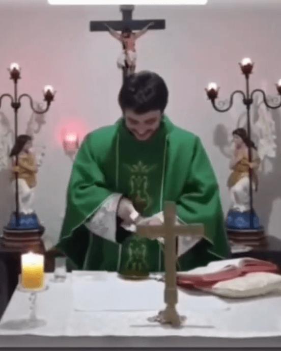 Sacerdote sufre ataque de risa en plena misa