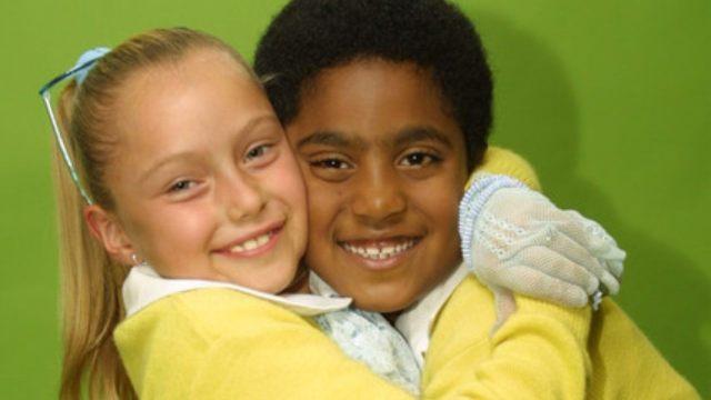 Simoneta y Ángel se unen parar recrear escena de¡Vivan los niños!