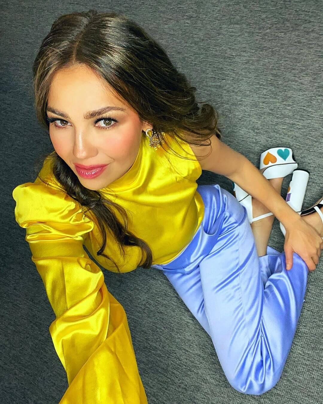 Thalía presume su árbol de navidad y lanza nueva canción