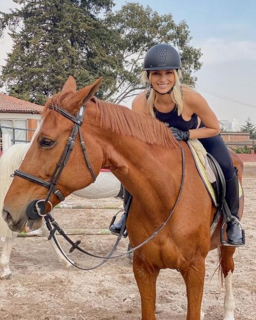 Foto Irina Baeva montando caballo