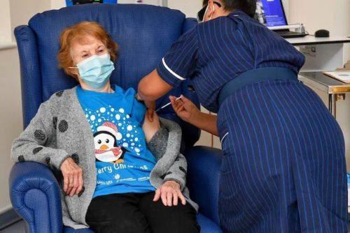 Primera persona en recibir vacuna contra la covid en Gran Bretaña