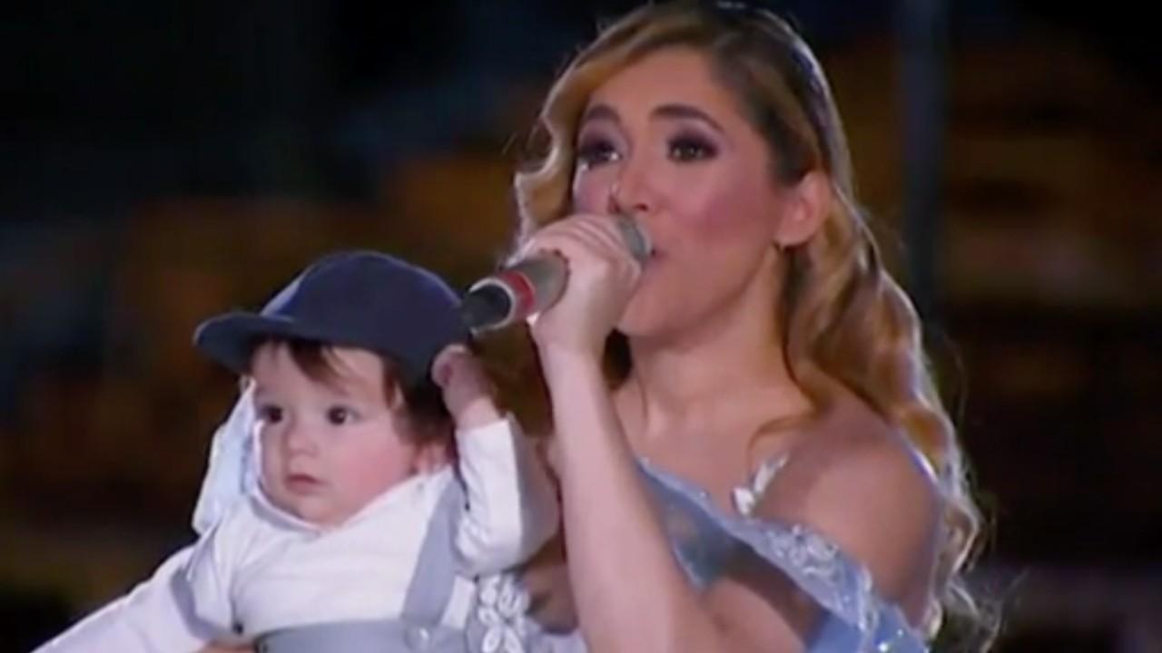 Foto de Sherlyn con su hijo André cantando mañanitas a la Virgen