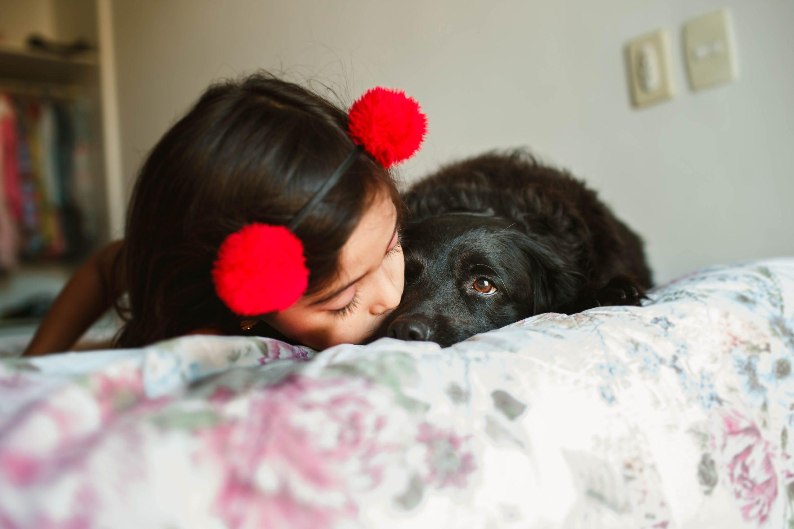 Niña con perrito dandole un beso