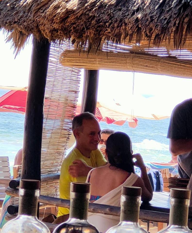 Exhiben a Hugo López-Gatell de vacaciones en la playa de Oaxaca