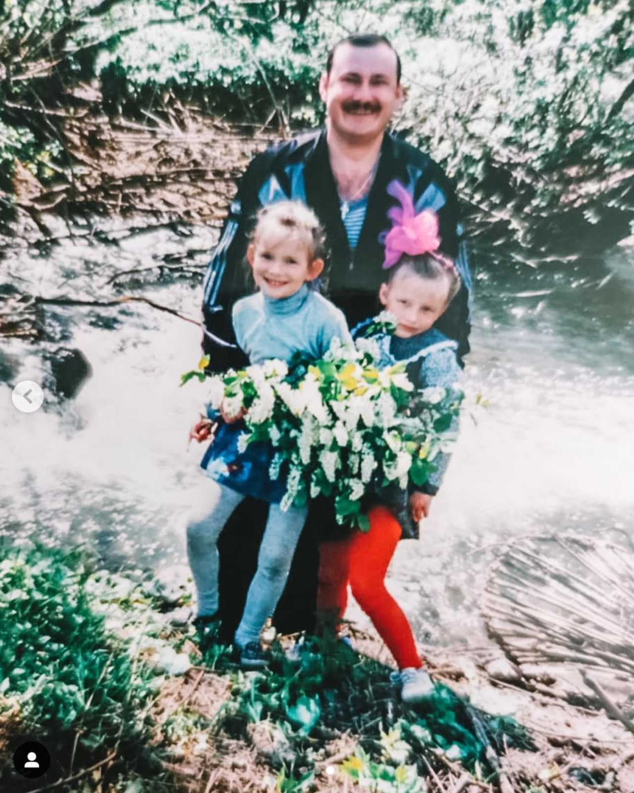 Irina Baeva con su papá y su hermana cuando eran niñas