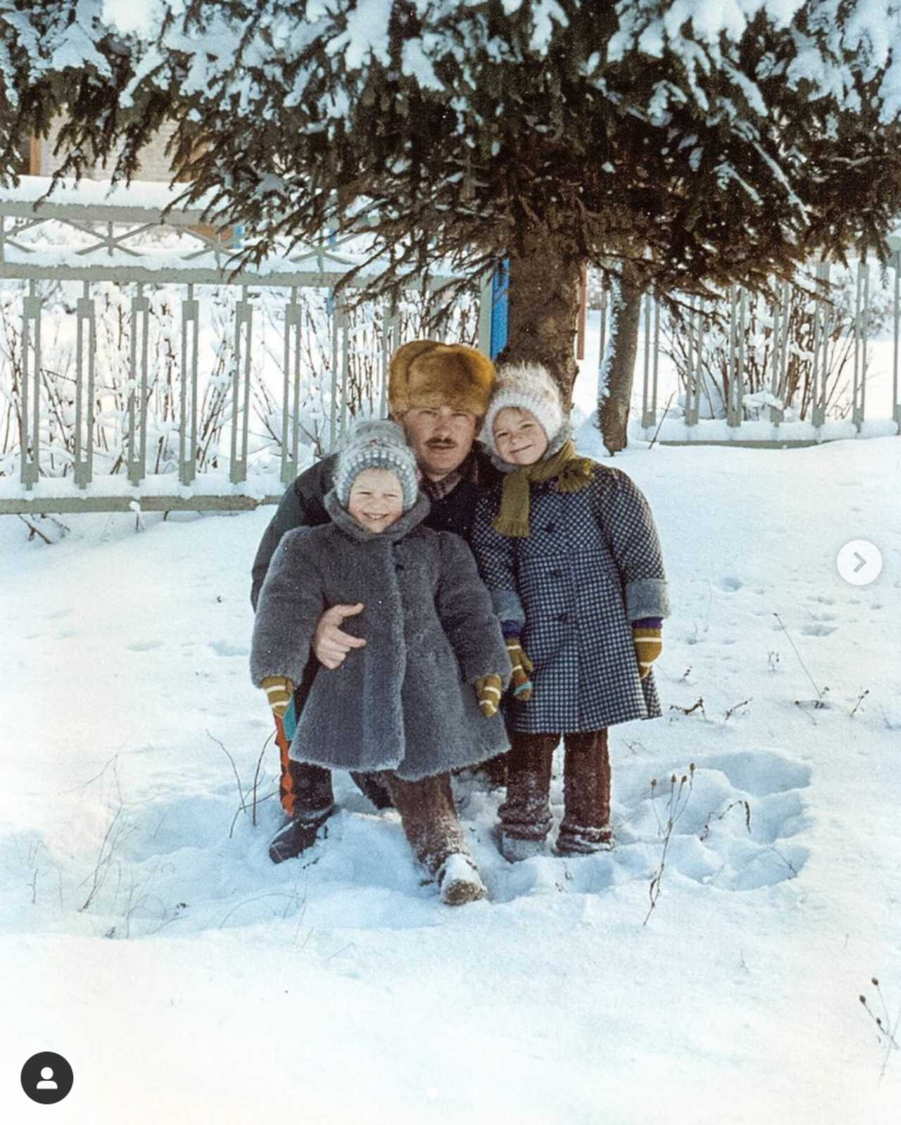 Irina Baeva con su papá y su hermana de niña