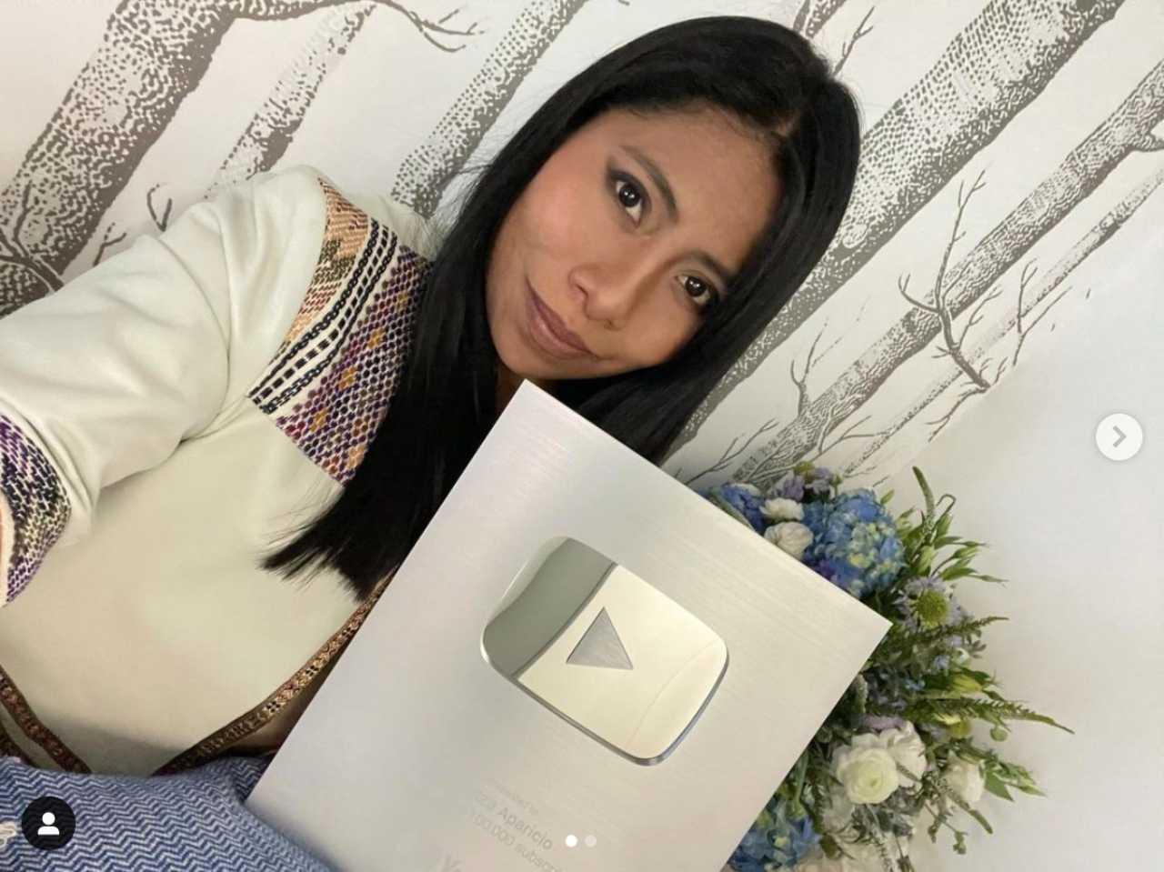 Yalitza Aparicio recibe placa de YouTube por 100 mil seguidores
