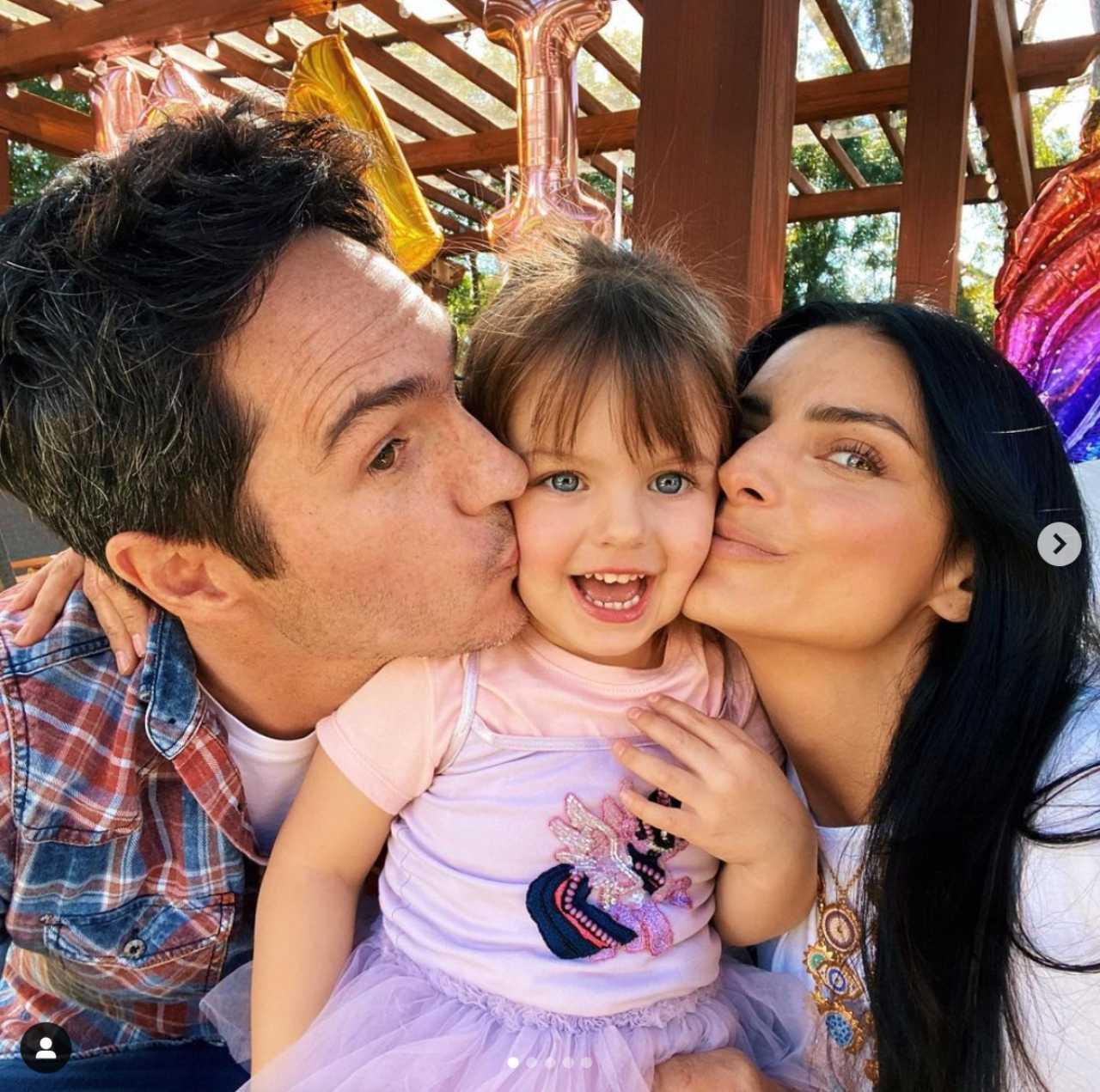 Aislinn Derbez con su hija y su ex esposo