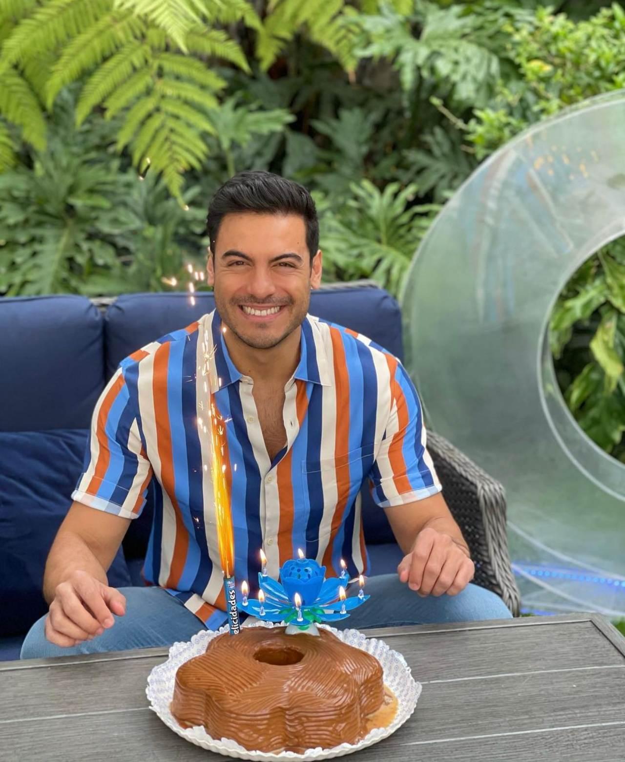 Carlos Rivera sopla las velas de su pastel