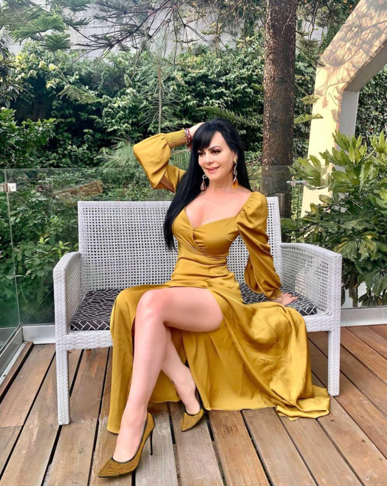 Maribel Guardia con vestido amarillo