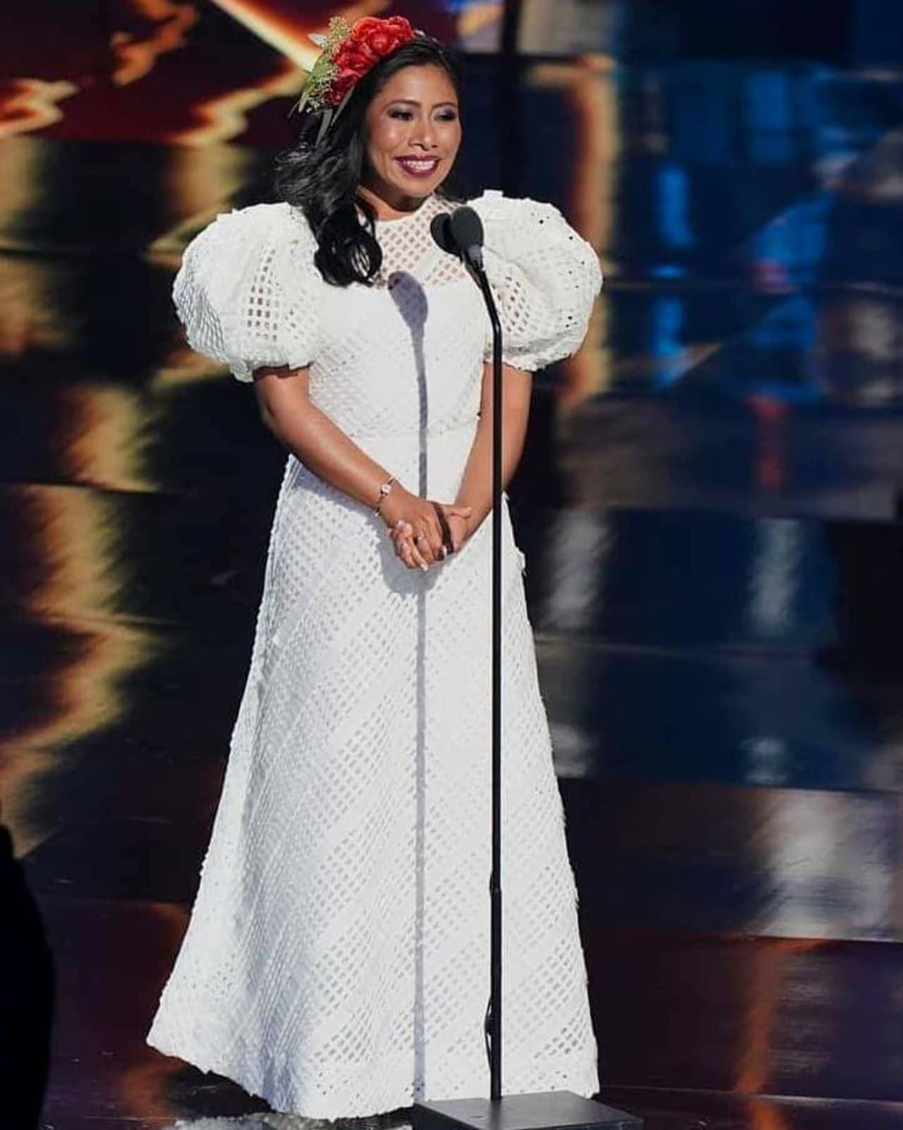 Yalitza Aparicio en un look blanco