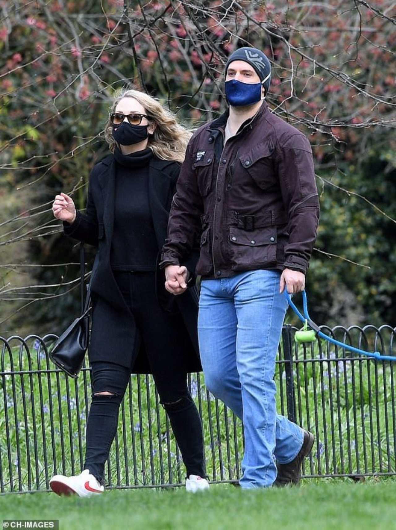 A Henry Cavill se le vio con su novia caminando