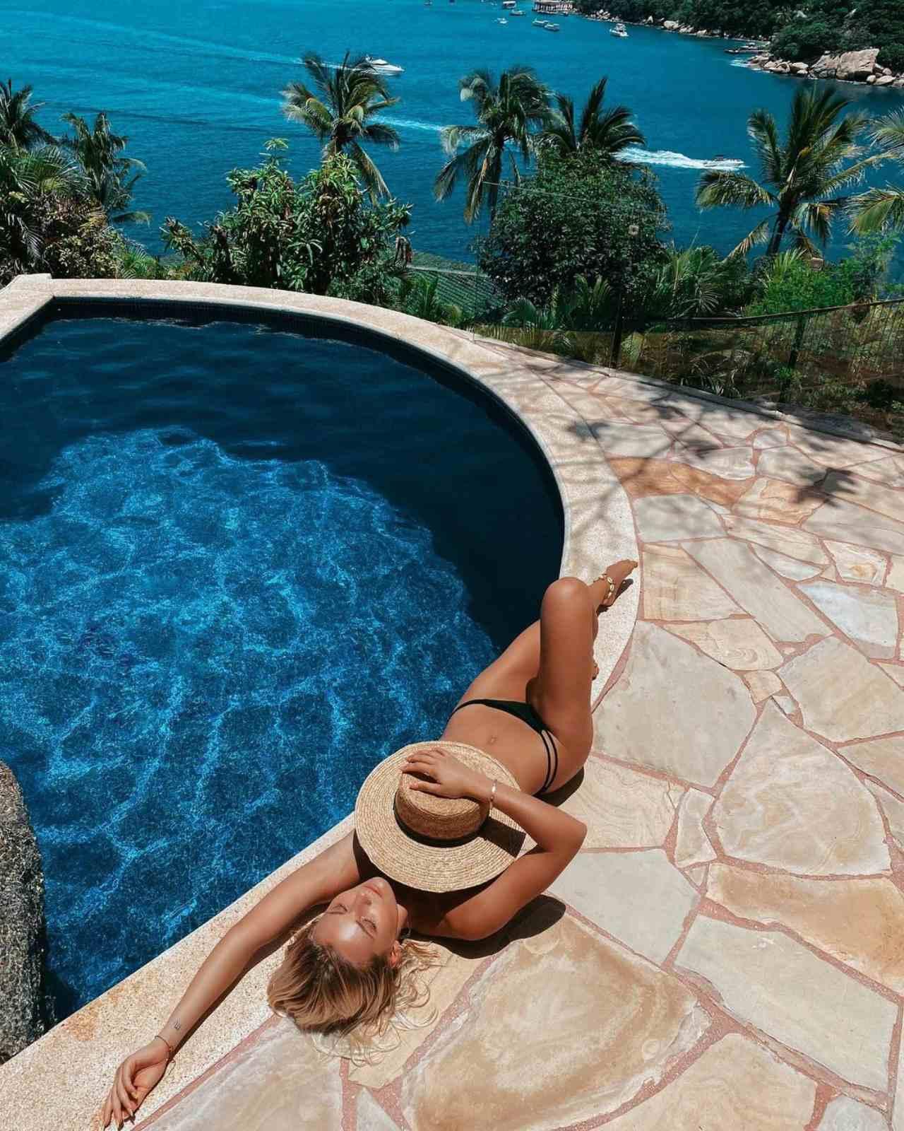 Irina Baeva asoleandose casa acapulco