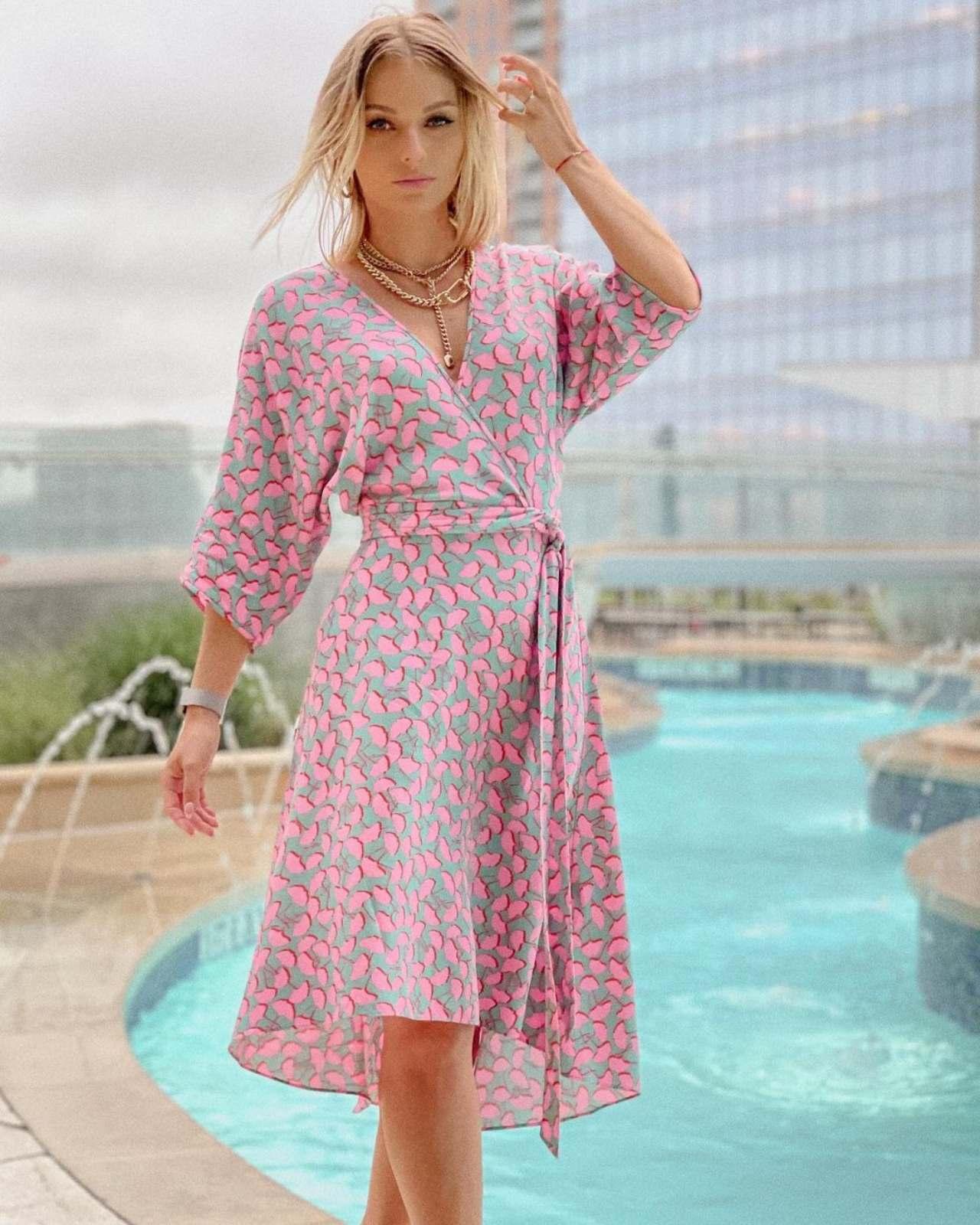 irina baeva con vestido rosa con gris