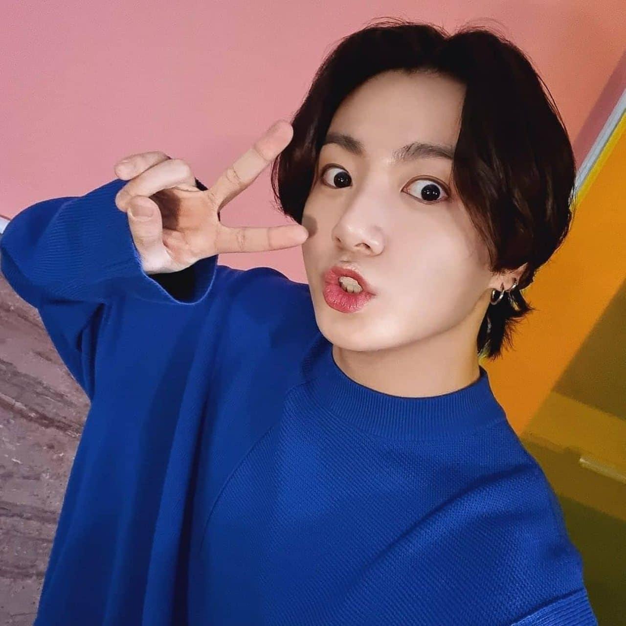 Jungkook hace señal de amor y paz