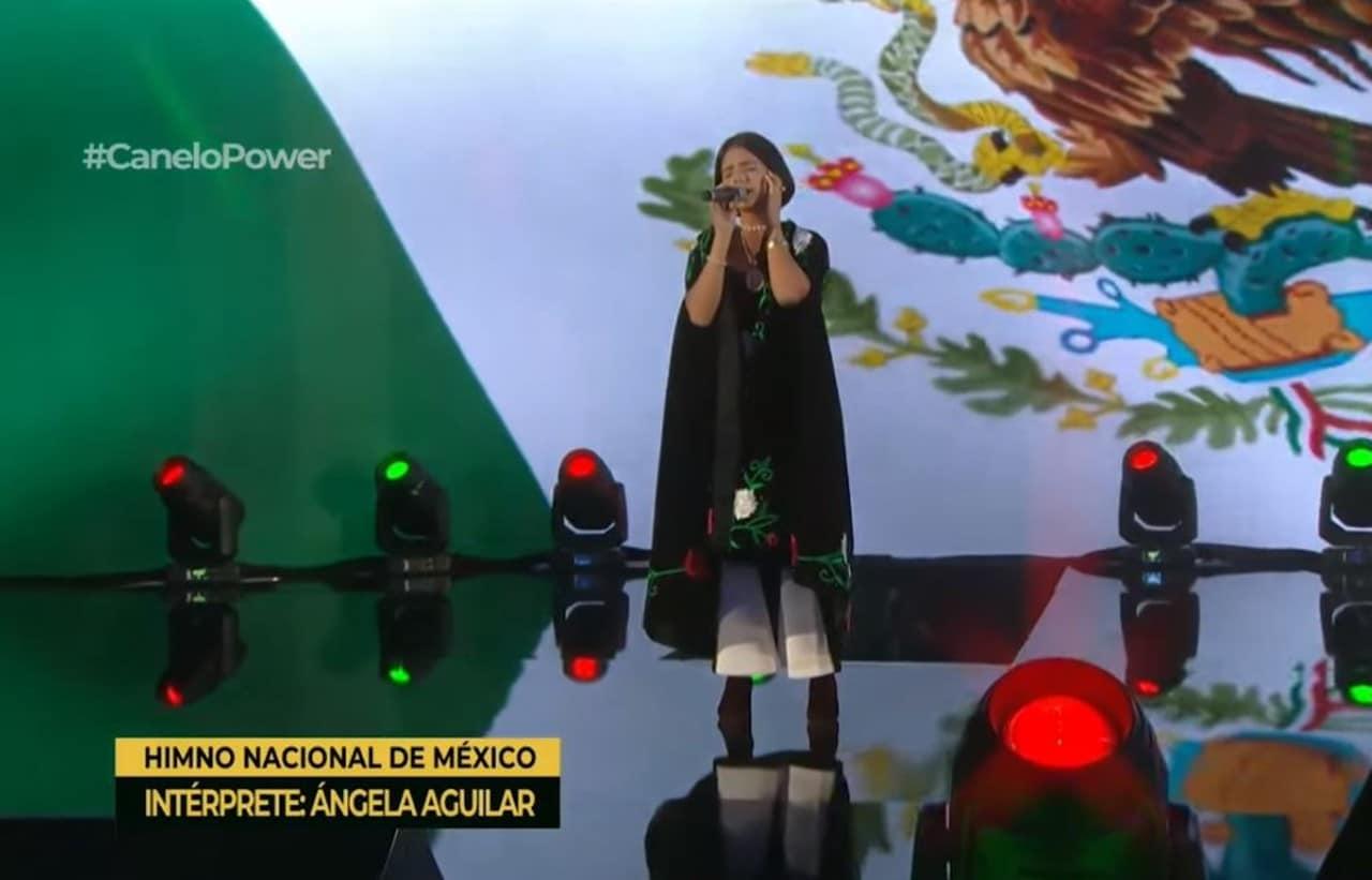 Ángela Aguilar cantando el Himno Nacional