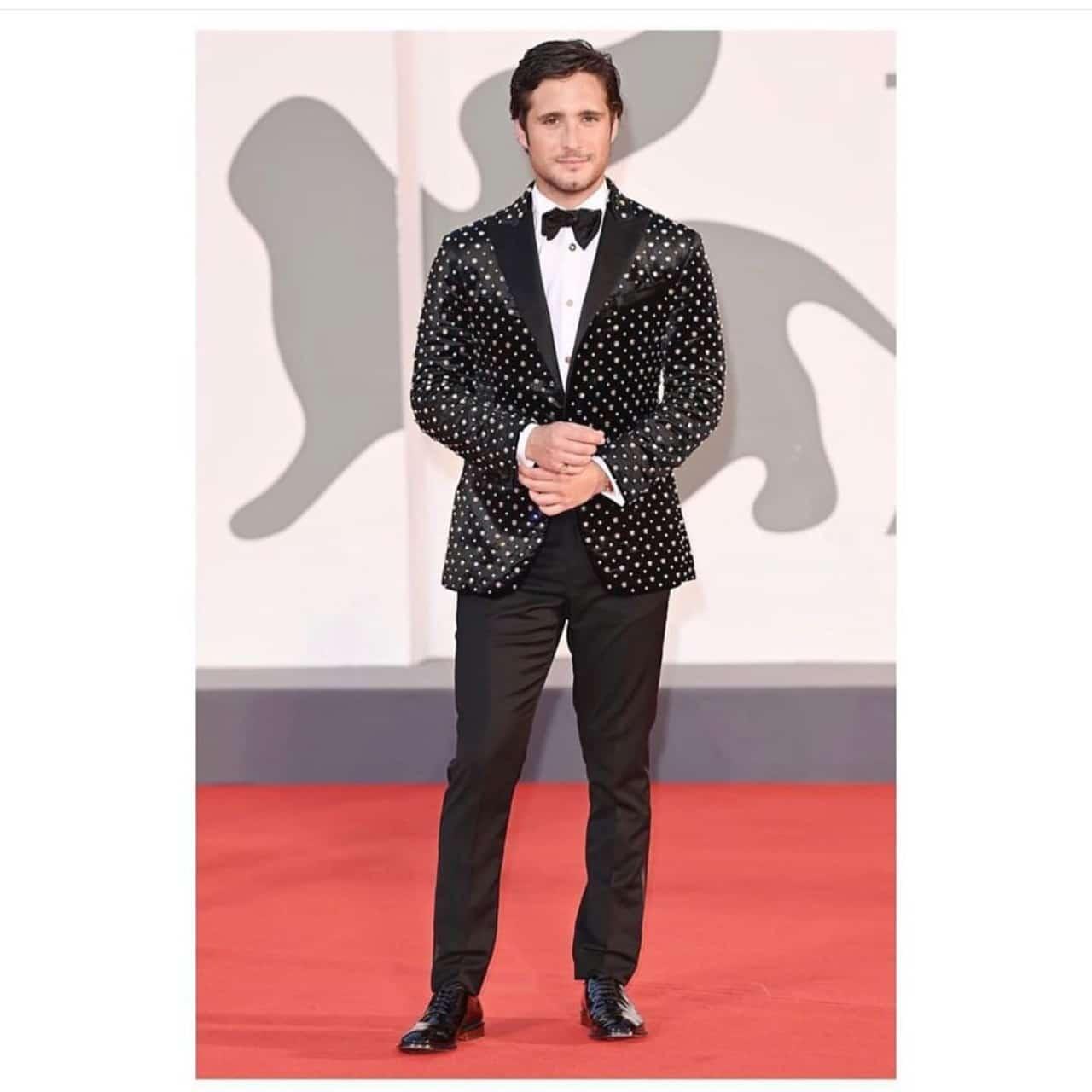 Diego Boneta en unos premios con traje