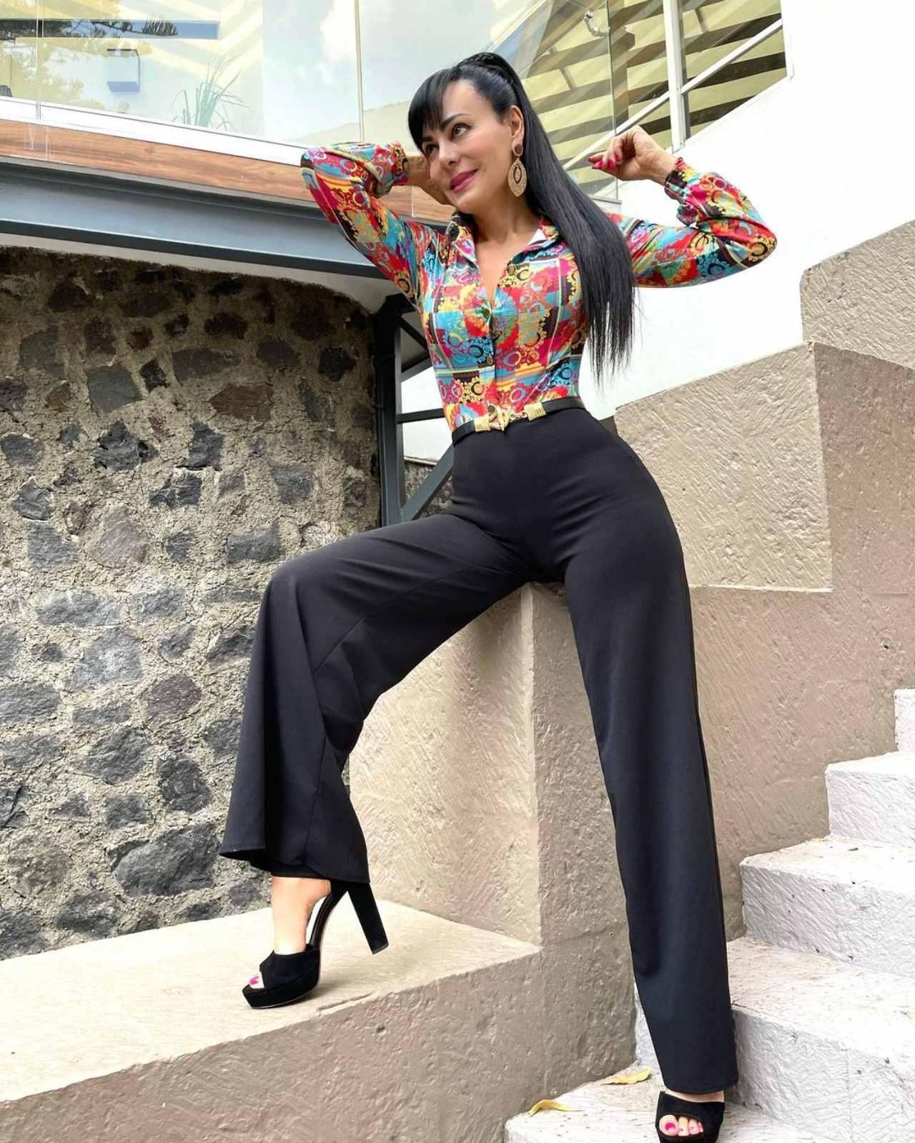 Maribel Guardia con pantalon negro y blusa estampada