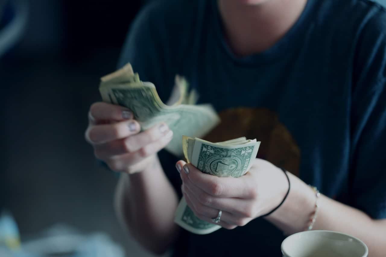 Persona contando billetes dinero