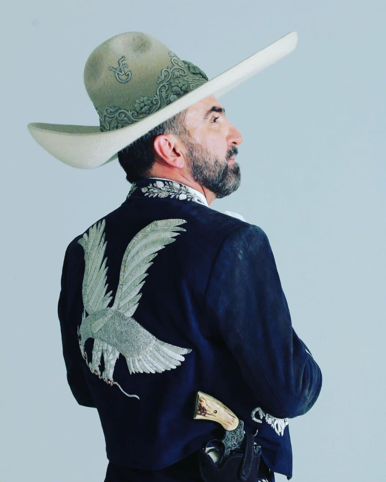 Vicente Fernandez Jr con traje de charro