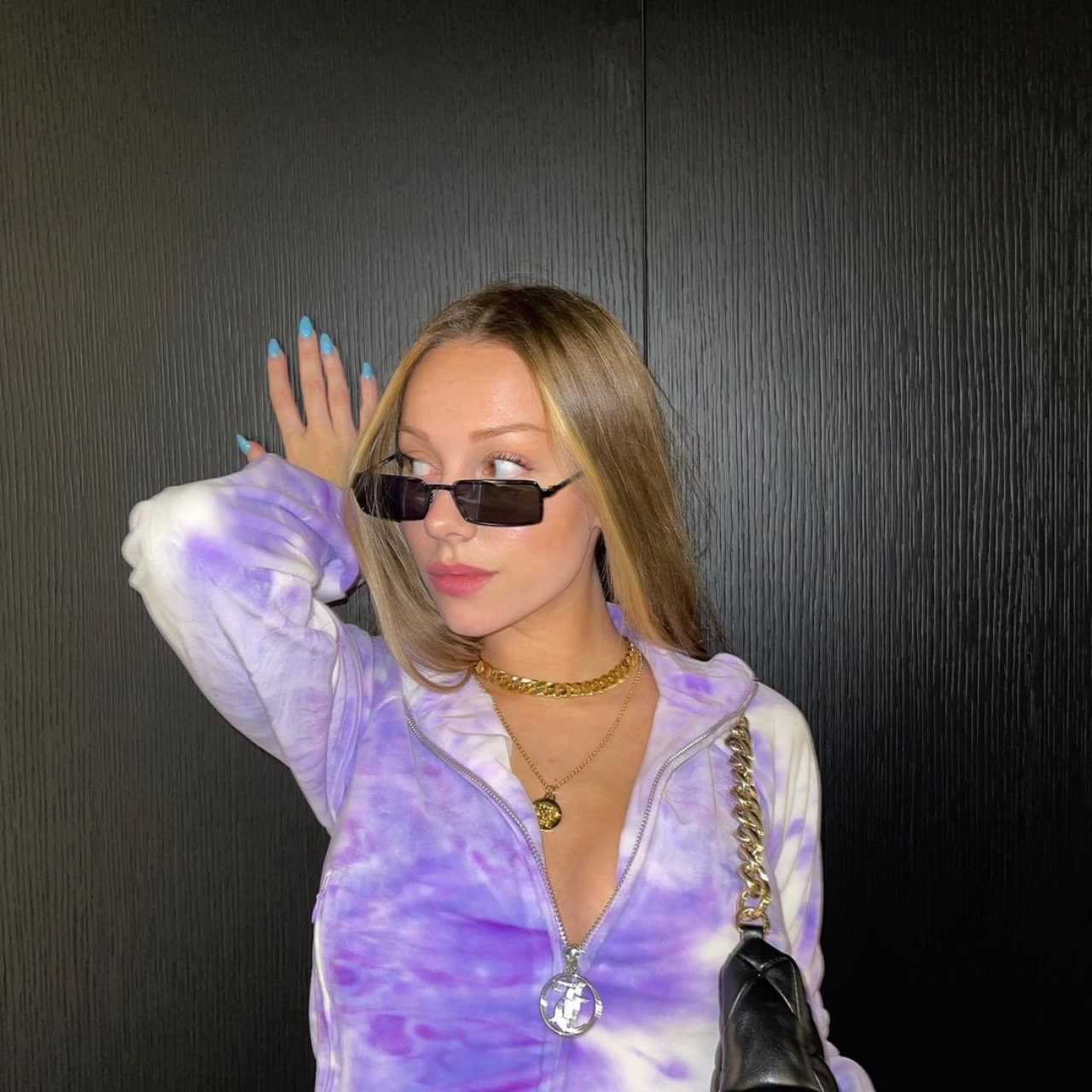 Ester Exposito posando con bolsa y lentes
