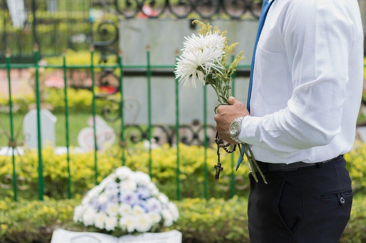 Mujer no invita a su familia a funeral