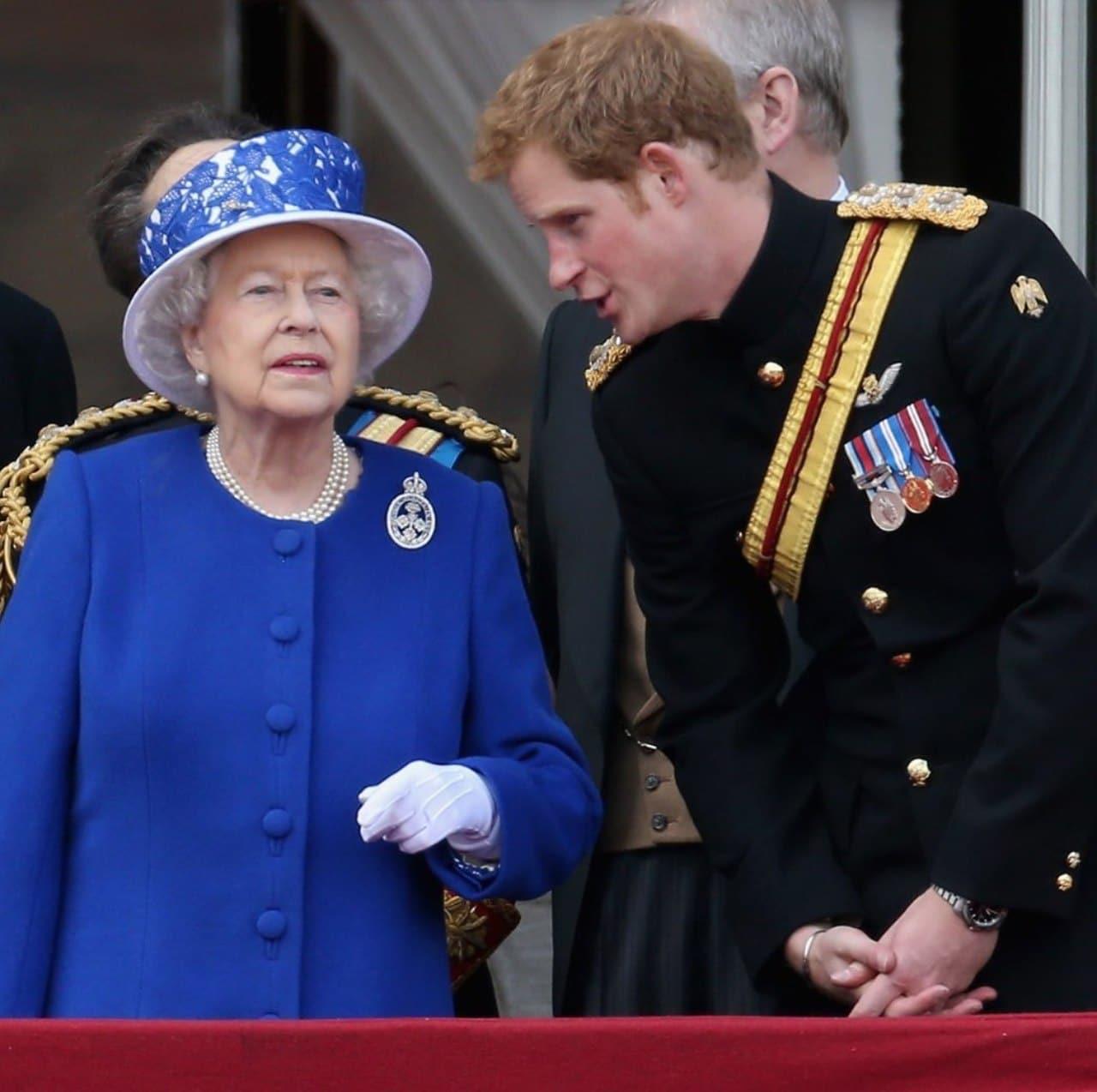 reina Isabel y harry platicando