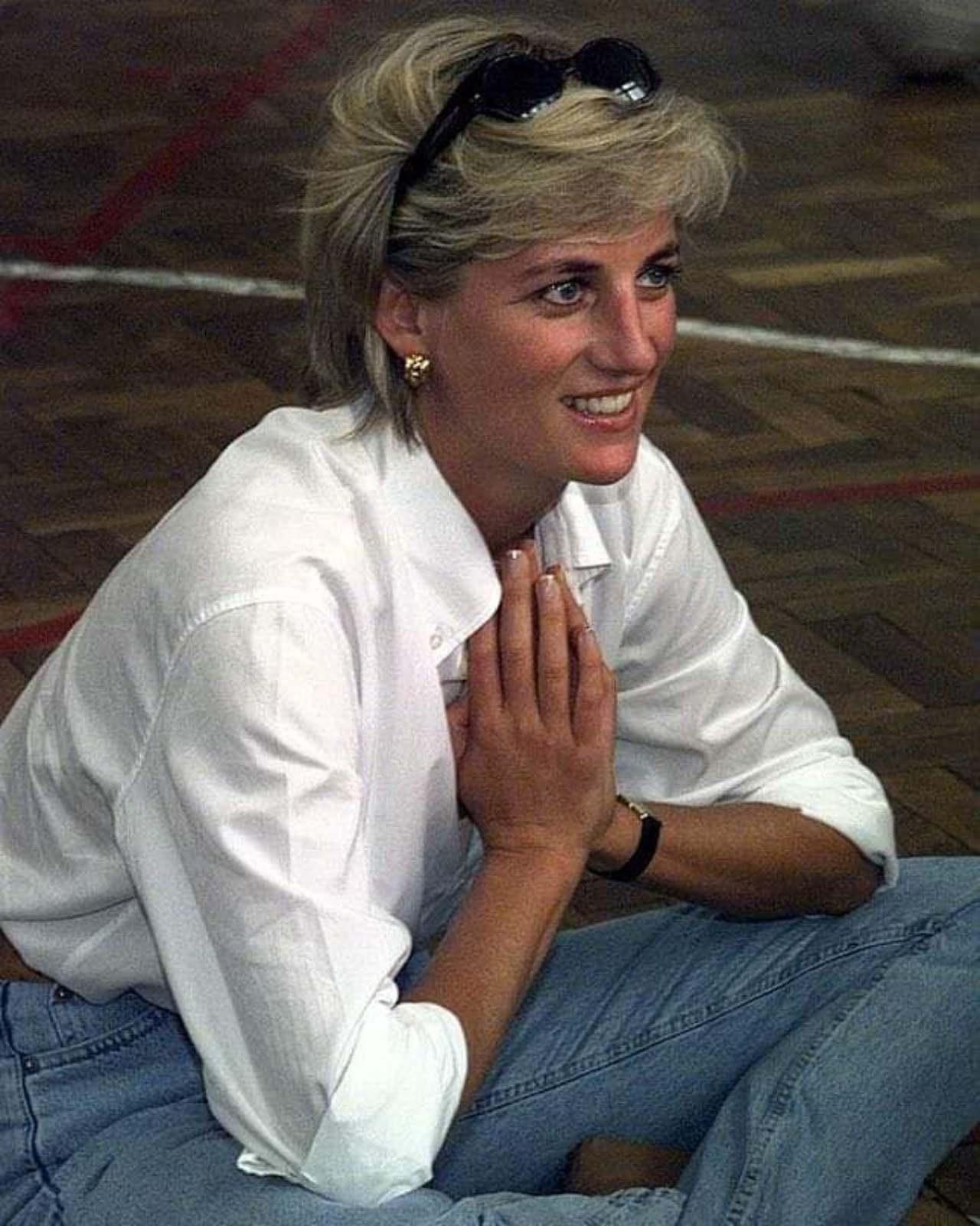 Princesa Diana con jeans y camisa