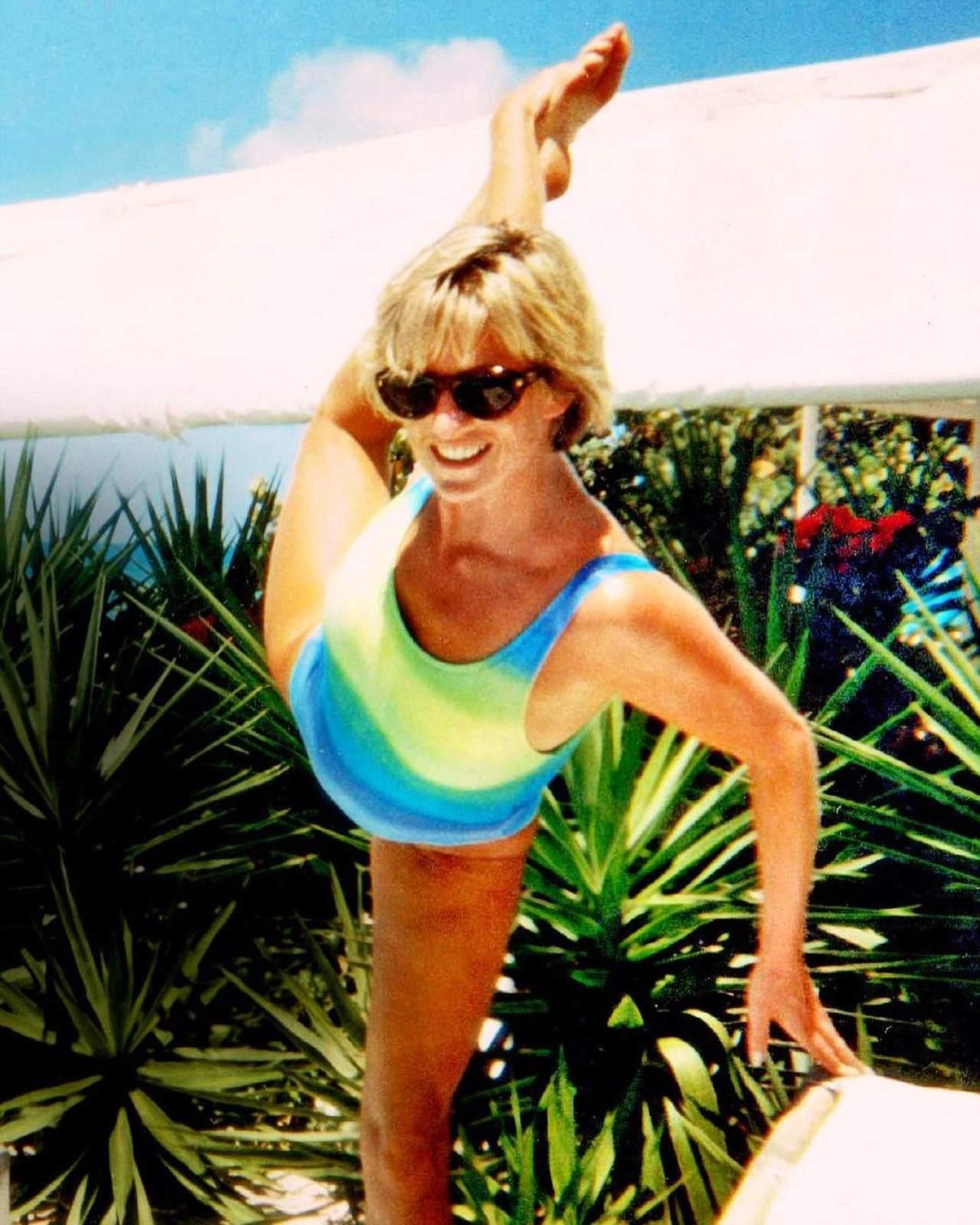 Lady Di haciendo yoga en traje