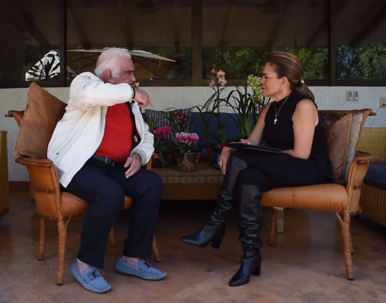 Vicente Fernández enseña sus zapatos de 20 mil pesos