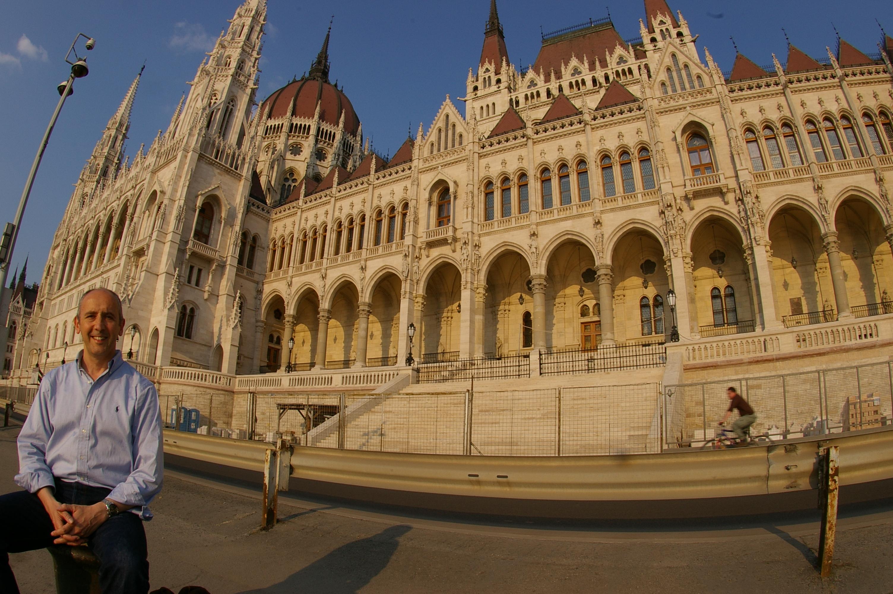 Junto a la sede del Parlamento de Hungría