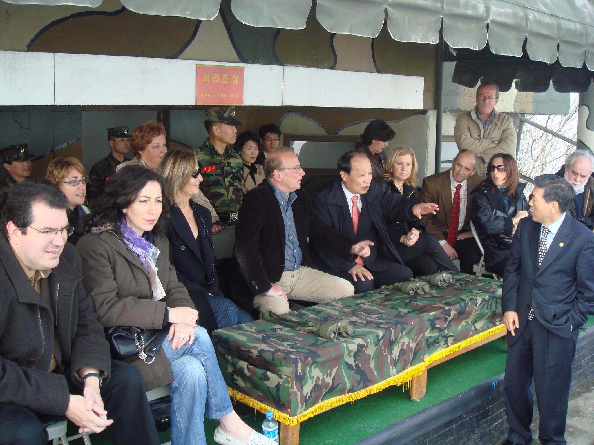 En el puesto fronterizo, mirando hacia Corea del Note. La explicación corre a cargo de Lee, actual presidente del País. Yo me encuentro a la derecha de la imagen, acompañado de Begoña Lasagabaster, con gafas.