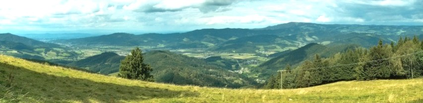 Ausblick auf das Dreisamtal von den Bergen der Höfner Hütte aus. In der Bildmitte rechts unten ist auch Himmelreich zu erkennen.