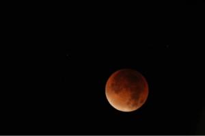 De maan is lekker verkleurd.