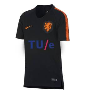 Het nieuwe trainingsshirt van Oranje. Beeld: Nike/MS Paint