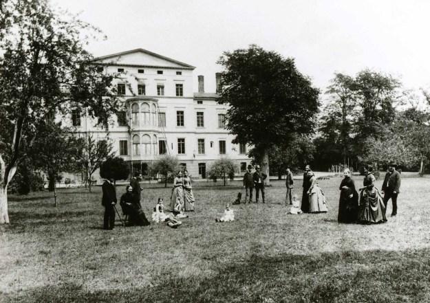 Famile Engels im Park, vor 1900