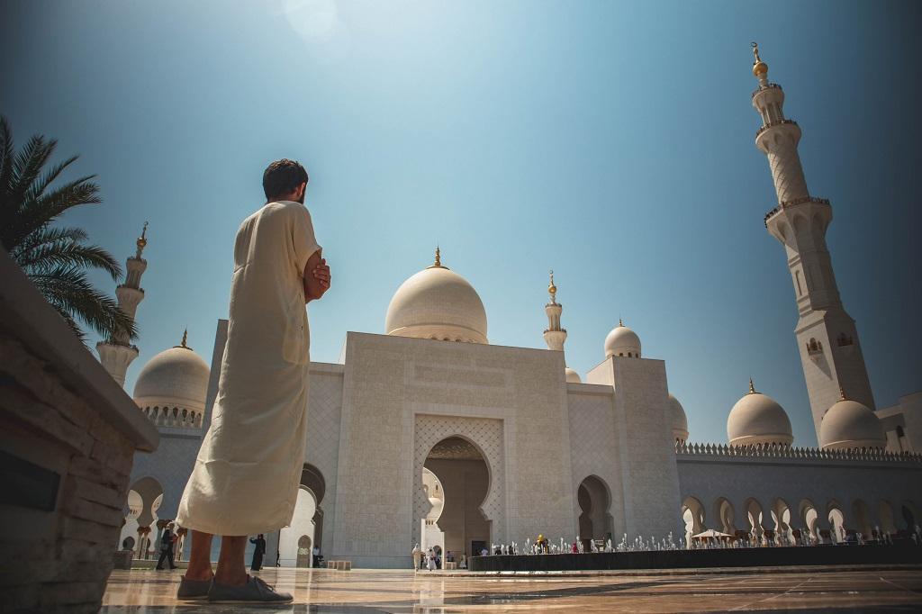 Musulmano davanti a una moschea