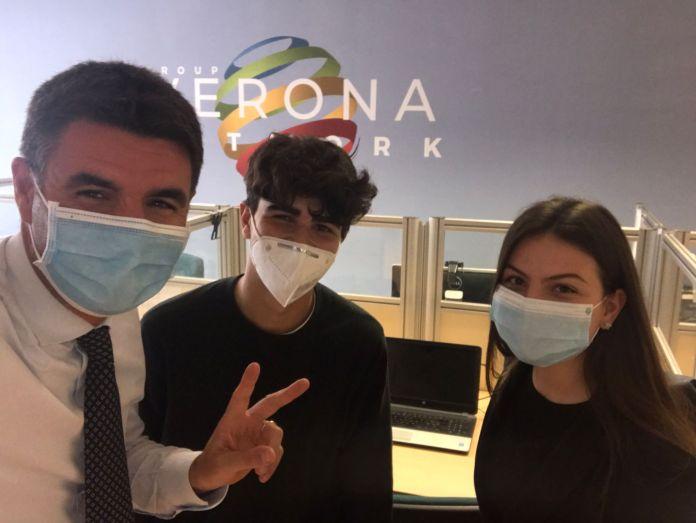 Leonardo Santinato e Carola Rigodanza assieme al direttore di Ermes e Verona Network Matteo Scolari