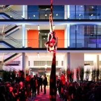 Akrobatik über den Köpfen der Besucher