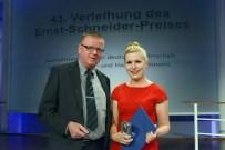 Laudator Michael Garthe, Preisträgerin Antonia Bauer (Dein Spiegel)